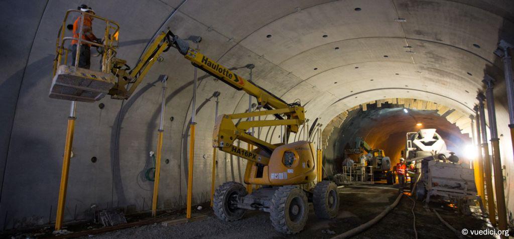 Travaux du tunnel du Chambon - Pose du revêtement de la voûte