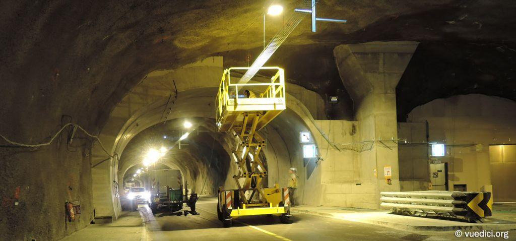 Travaux du tunnel du Chambon - Pose de l'éclairage